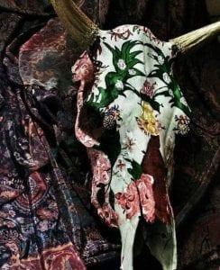 Κρανίο με λουλούδια