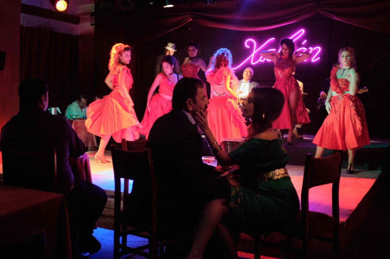 φωτογραφίες σκηνή στο καμπαρέ που χορεύουν κοπέλες