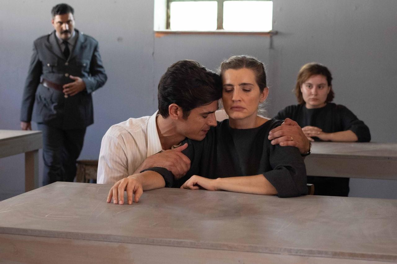 Ελένη Φυλακή αγκαλιά από άντρα