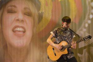 Άντρας με κιθάρα