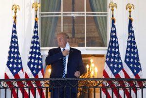 Τραμπ αναβάλλει τη στήριξη θεάτρου επανεκλογή