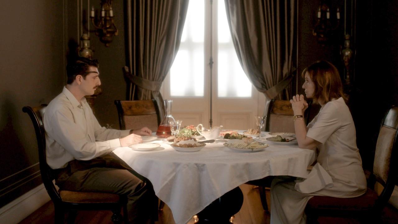 η ανέτ και ο μελέτης τρώνε στο τραπέζι στις άγριες μέλισσες