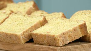 ψωμί με καρότο και γραβιέρα Άκης Πετρετζίκης