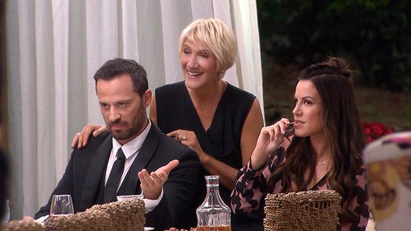 επεισόδιο Η τούρτα της μαμάς Καίτη Κωνσταντινου και άλλοι ηθοποιοι σε σκηνη απο τη σειρα