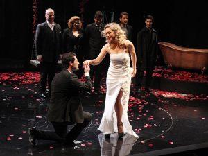 """H κυρία της νύχτας"" η προβολή της θεατρικής παράστασης διαθέσιμη online δωρεάν"