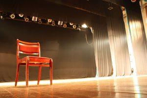 Φωτογραφία με άδεια σκηνή θεάτρου