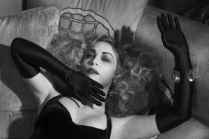 """Σκηνή από τη θεατρική παράσταση """"H κυρία της νύχτας"""" η προβολή της οποίας είναι διαθέσιμη online δωρεάν"""
