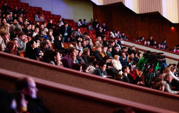 Andrew Lloyd-Webber θεατρική τέχνη - στη φωτογραφία θέσεις με θεατες σε ενα θεατρο