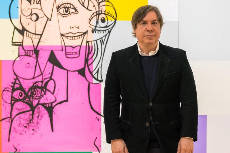 καλλιτέχνης Τζορτζ Κόντο μπροστα απο ένα εργο του