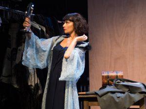 Σκηνή από την θεατρική παράσταση Μεθυσμένη Πολιτεία η προβολή της οποίας είναι διαθέσιμη online δωρεάν