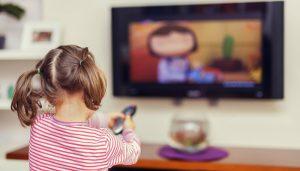 Μικρό κορίτσι βλέπει τηλεόραση