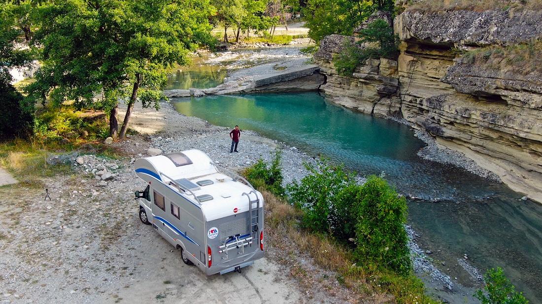 ΣΚΑΪ Happy Traveller Καστοριά - στη φωτογραφια το τροχοσπιτο του Ευτυχη διπλα στον ποταμο