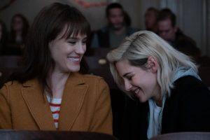 Η Kristen Stewart και η Mackenzie Davis στο Happiest season