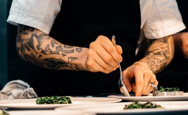 εκπομπές μαγειρικής και μάγειρες με τατουάζ