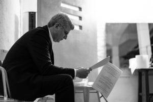 Σε φωτογραφία Ο Βλαδίμηρος που διαβάζει