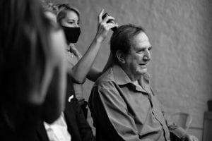 Σε φωτογραφία ο Κωνσταντίνου που του φτιάχνουν τα μαλλιά