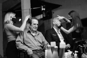 Κοπέλες που φτιάχνουν τα μαλλιά στους ηθοποιούς για το Σημείο Συνάντησης