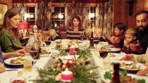 Σπίτι για τα Χριστούγεννα στιγμιότυπο από το οικογενειακό τραπέζι