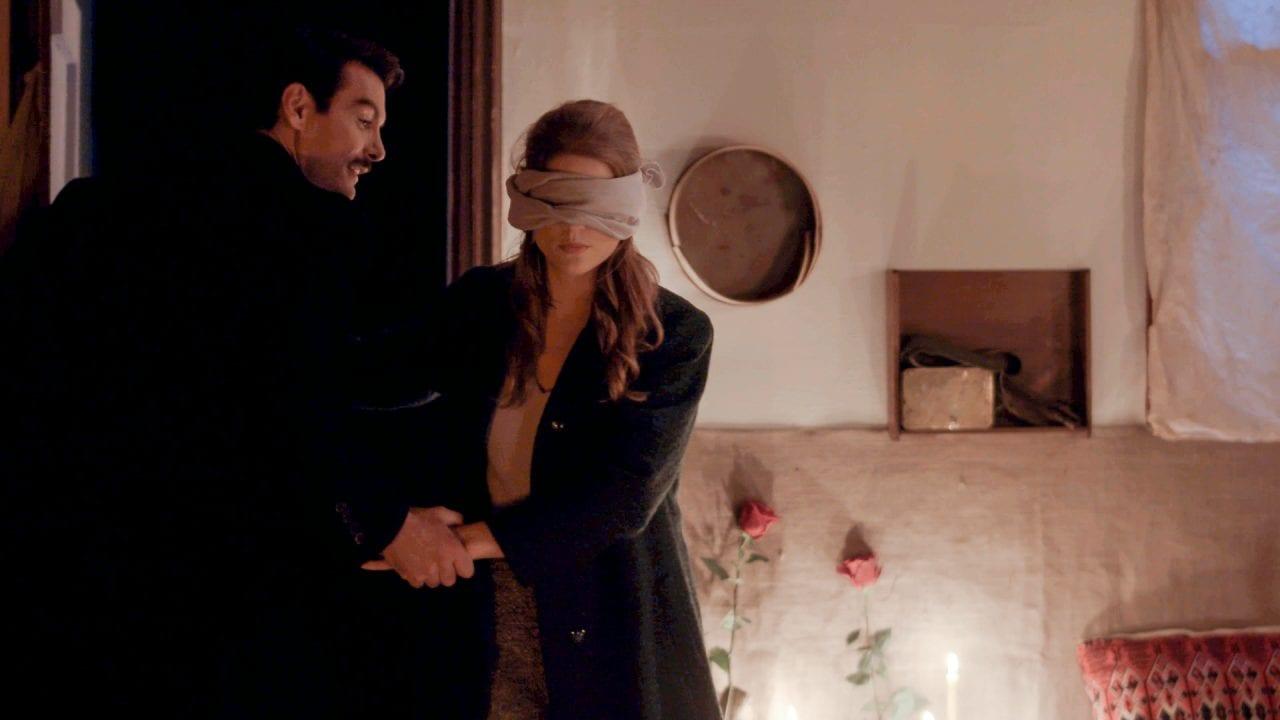 Η Δρόσω με κλειστά μάτια και ο Κωνσταντής της κάνει έκπληξη