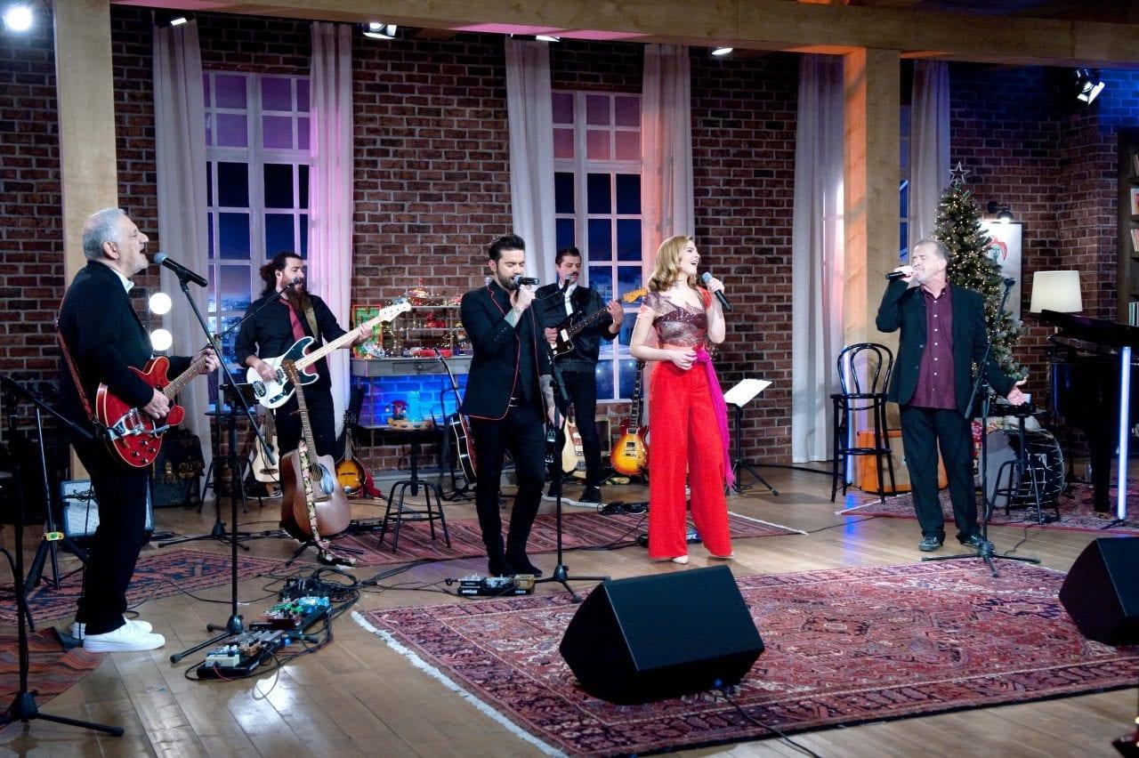 στο Μουσικό Κουτί τραγουδουν μαζί ο Νίκος Ζιώγαλας, ο Θοδωρής Μαραντίνης, ο Νικος Πορτοκαλογλου και η Ρενα Μορφη