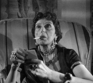 Σε φωτογραφία η Κατίνα Παξινού με τσιγάρο