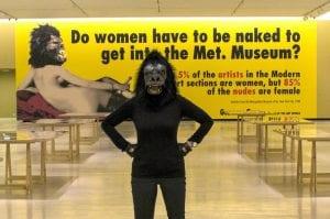 Σε εικόνα ένα Guerilla Girl θέτοντας το ερώτημα για την τέχνη και την πορνογραφία