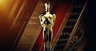 Γνωστή τελετή απονομής βραβείων - φωτογραφία με το αγαλματίδιο