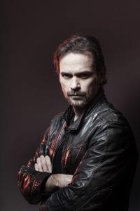 Σε μαύρο φόντο ο Νίκος Πουρσανίδης - Ηθοποιοί και χαρακτήρες από τη σειρά Έξαψη