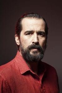 Σε φωτογραφία ο Τάσος Νούσιας με κόκκινο πουκάμισο