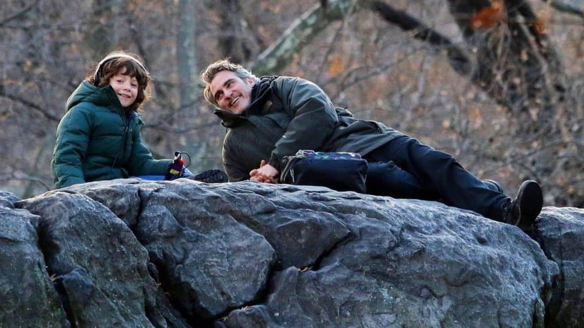 Στιγμιότυπο ταινίας με τον Χοακίν Φίνιξ να κάθεται πάνω σε βράχο