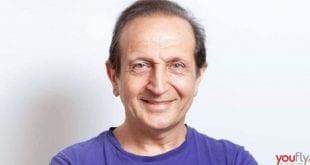 Σε φωτογραφία με λευκό φόντο ο Σπύρος Μπιμπίλας για συνέντευξη