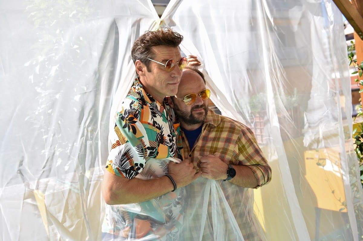 Σχεδόν Ενήλικες MEGA πρώτο επεισόδιο ηθοποιοί αγκαλιά