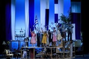 Πλάνο από το Τρίτο Στεφάνι που οι ηθοποιοί κρατούν ελληνική σημαία