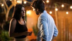 Στιγμιότυπο με ένα ζευγάρι να κοιτάζεται, από γνωστή σειρά του Netflix.
