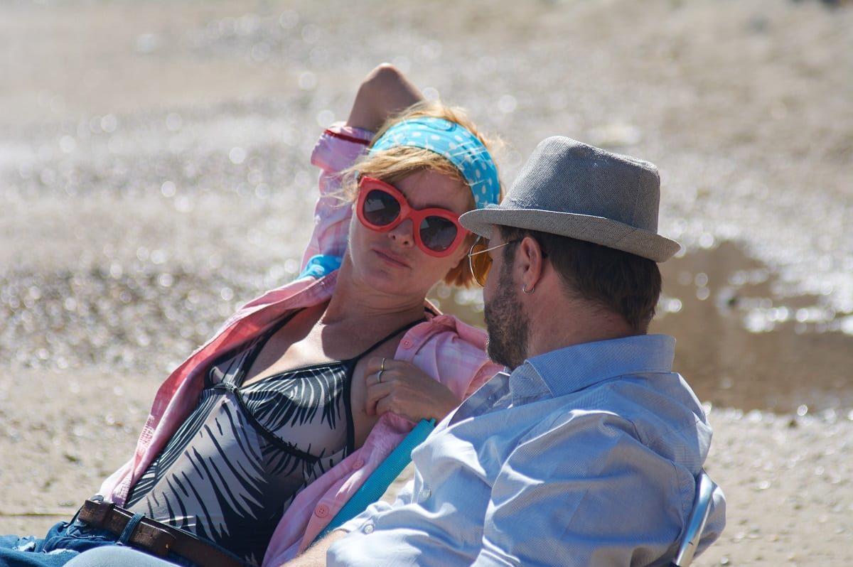 Σχεδόν Ενήλικές σκηνή στην παραλία με τους ηθοποιούς να κοιτάζονται στις ξαπλώστρες