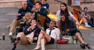 Σκηνή από τη νέα σειρά Gossip Girl: Οι ηθοποιοί κάθονται στα γνωστά σκαλιά της Νέας Υόρκης