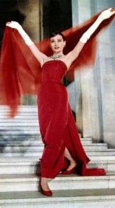 Η Audrey Hepburn στο Happy Face φοράει ένα από τα καλύτερα κόκκινα φορέματα στον κινηματογράφο