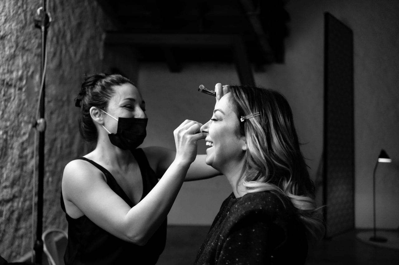 Μακιγιέζ βάφει την Μελίνα για το Σημείο Συνάντησης