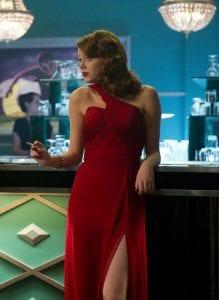 Η Emma Stone στην ταινία Gangster Squad κάθεται στο μπαρ και καπνίζει