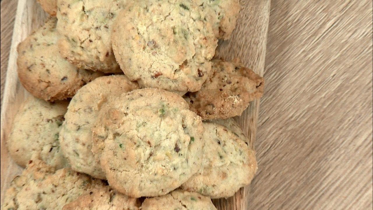 ο Ακης Πετρετζικης μας δείχνει στο Kitchen Lab στις 23 & 24.1 cookies με φυστικια αιγινης