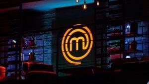 Φωτογραφία με το logo του MasterChef 5