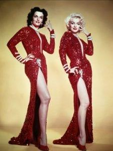 Η Marilyn Monroe ποζάρει με κόκκινο φόρεμα για μια ταινία το 1953