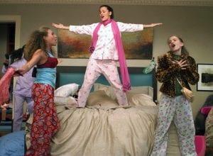 Σκηνή από το πιτζάμα πάρτι στο Ξαφνικά 30 - εφηβικές ταινίες Netflix