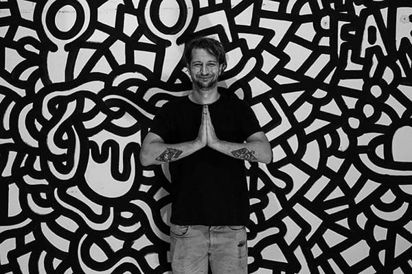 The Absolut Mural είναι διαγωνισμός δημιουργικότητας - στη φωτογραφία ο Soteur μπροστά από έργο του