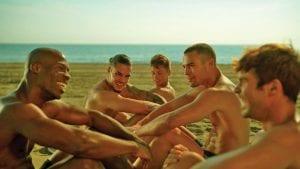 Σκηνή στην παραλία από το Toy Boy - Ερωτικές Αισθησιακές σειρές στο Netflix