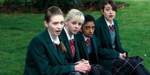 Στιγμιότυπο από την ταινία Έρωτες Εφηβείας, με τις πρωταγωνίστριες να κάθονται στην αυλή του σχολείου