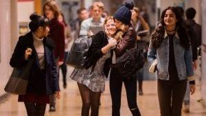 Σκηνή στο σχολείο από το before i fall - εφηβικές ταινίες netflix