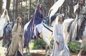 Σε εικόνα η Galadriel πάνω σε άλογο και άλλα ξωτικά τριγύρω