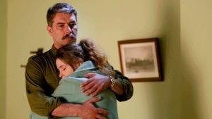 Ο Βασίλης Μπισμπίκης αγκαλιά με την γυναίκα του στις Άγριες Μέλισσες