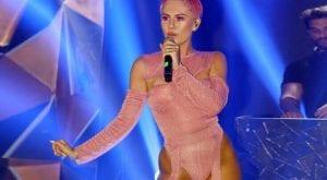 Η Τσαγκρινού με ροζ φόρεμα τραγουδάει το El Diablo για την συμμετοχή στην Eurovision 2021 Κύπρος